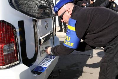 remplacement des plaques ONU par UE pour la police européenne déployée au Kosovo qui passe sous mandat d'EULEX (crédit : EULEX kosovo)