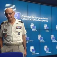 Le général Pontiès face à quelques journalistes dont B2 © NGV / B2