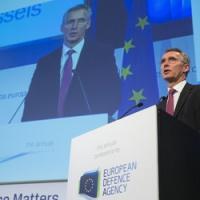Pris de court, Jens Stoltenberg défend la compétence de l'OTAN et nie tout rôle militaire à l'UE