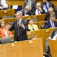 Le Parlement dit à Londres de s'activer, aux 27 de s'engager. Farage exhulte