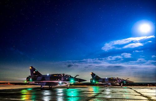 Une patrouille composée de trois Mirage 2000 D et trois Mirage 2000 N décolle de la base aérienne projetée en Jordanie pour une mission de bombardement à Raqqah en Syrie (Crédit : EMA/DICOD - archives B2) 17 novembre 2015
