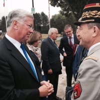 Le Royaume-Uni veut rester un acteur clé de la défense en Europe (Fallon)